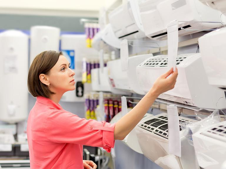 Kobieta przeglądająca klimatyzatory